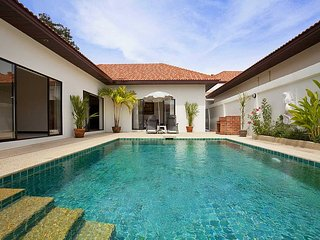 Villa Signal - Lovely 2 Bed Holiday Villa - 400 Metres from Cosy Beach, Pattaya