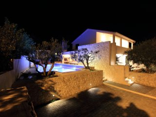 LUXURY VILLA WITH POOL NEAR SEA, Slatine