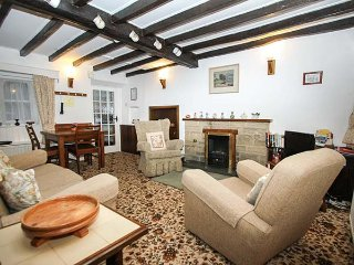SYCAMORE COTTAGE, pet-friendly, country holiday cottage, with a garden, in Foolo