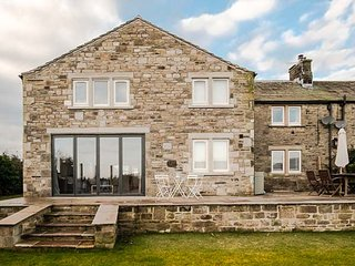 CROFT COTTAGE, countryside views, hot tub, 4 bedrooms near Gargrave, Ref 935272.
