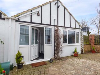 FIELD VIEW, ground floor cottage, WiFi, enclosed patio, Humbleston near Cleethorpes, Ref 953107