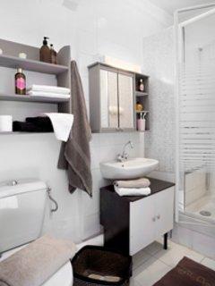Salle d'eau avec lavabo, douche et WC