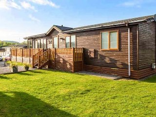 THE HIDING PLACE, on-site facilities including pool, dog-friendly, en-suite, detached lodge in South Lakeland Leisure Village, Ref. 917272