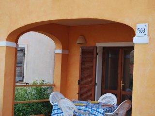 Bilocale con giardino in Residence Mirice con ingresso gratuito in piscina, Aglientu