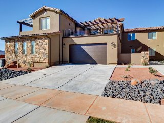 Home w/private hot tub, shared pool, views of Snow Canyon, all master suites!