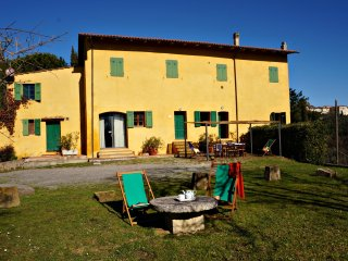 Charming Tuscan farm house - private pool - perfect for families and groups, Palaia