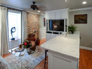 Spacious Two Bedroom Apartment In Historic French Quarter