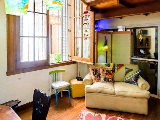 CORAZÓN DE LA CIUDAD!!   Un cálido espacio, estilo cabaña en la urbe