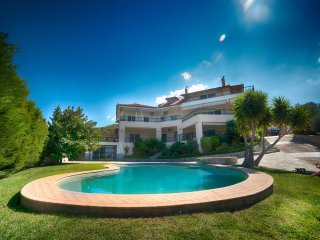 Villa Oneiro with pool in Loutraki sleeps up to 20 persons