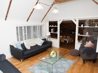 The Moorings - Back Road West - Contemporary Open Plan Cottage - Sleeps 8, St. Ives