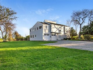 Waterview House Perfect for Large Families, East Moriches