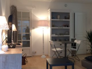 Lovely flat ever so central on Arachon Bay; you walk straight onto the beach!, Arcachon