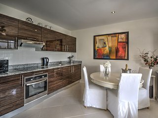 *WEST COAST*  Apt with Large Balcony, Pool, partial Sea View in Weston St James