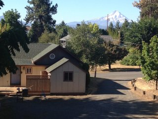 EXCEPTIONALLY COZY, PERFECTLY LOCATED, PEAK A BOO MT HOOD VIEW, Hood River