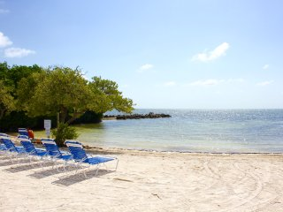 3 x ISLAND VIEW 2BR/2BA SUITES FOR 18 GUESTS, KITCHEN, PRIVATE BEACH, POOL, CAFE