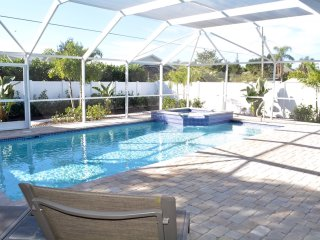 POOL VACATION HOME, 1 Mile from the BEACH, Bonita Springs