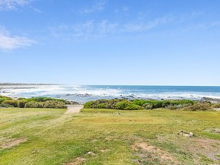Baleine Cottage - The Beach is your Front Yard!!, Middleton