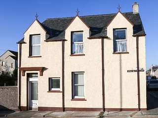 ST. DUTHUS HOUSE, traditional Victorian house, Sky TV, parking, in Stornoway, Re