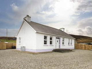 UMGALL COTTAGE, multi-fuel stove, pet-friendly, countryside views, Malin, Ref