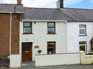 BANK HOUSE, quaint cottage, woodburner, dishwasher, enclosed garden, in Newcastle Emlyn, Ref 951589, Clydey
