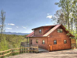 Black Bear Lookout ~Breathtaking Mtn Views!! All New Upgrades and Furnishings!!