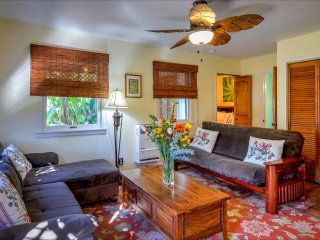 Venice Beach Oceanside Retreat~ Steps to Beach! Gated Yard, BBQ, Parking, Cabana, Los Angeles
