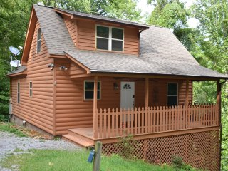 Honeymoon, private settings, 10 min from main street, family fun, fishing pond, Sevierville
