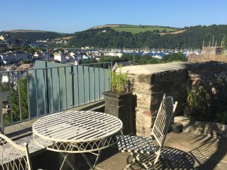 Luxury, central family cottage with views, balcony, garden, Dartmouth