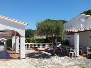 Maison avec grand  jardin  à 2 pas de la mer (500m) dans un quartier très calme, L'Escala