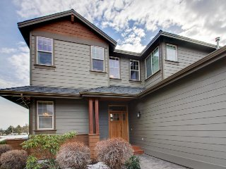 Lovely townhouse w/ private hot tub & shared pool, adjacent to golf course