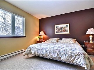 Affordable 2BR Condo, short drive to the hill/village / 215452