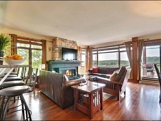 Ski in/out, Luxurious 2BR , 4 season common hot tub, Free Shuttle / 215572