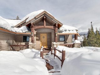 Spacious chalet w/ hot tub, home theater, & beautiful views - dogs welcome!