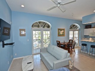 The Frontier Flat - Gorgeous apt w/ huge balcony! Steps to Duval St & beach., Key West