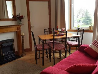 Sunny Holiday Apartment in Edinburgh with Free Parking