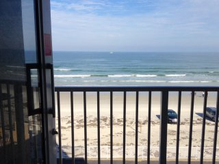 OCEANFRONT, BALCONY,  A/C,  PKG, WIFI, LIFT, CHEAP&CLEAN !, Daytona Beach Shores
