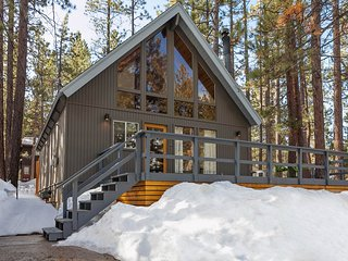 Rancho Pines~Like-New Modern Mountain Chalet~Private  Hot Tub~Vaulted Ceilings~, Big Bear Region