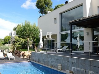 Be Apartment - Modern and luxury villa with private pool and garden. 4 bedrooms