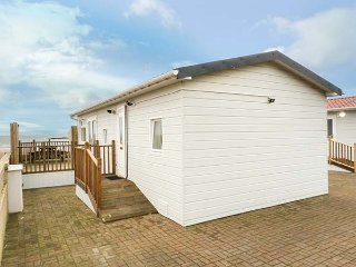 OCEAN VIEW LODGE, beachfront lodge, three bedrooms, WiFi, Seamill near Ardrossan, ref 943715