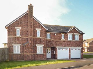 SANDY SHORE, detached, en-suites, woodburner, pet-friendly, enclsoed garden, in