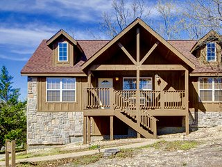 Beautiful Cabin close to SDC- golf, 3 pools , tennis, fishing, Branson West