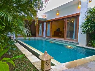 Chic 2 BR Villa, Private Pool, Free wifi, cable TV & Airport Pickup, Seminyak