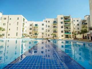 Modern Penthouse Large Terrace communal Pool Wi-fi, San Pawl il-Baħar (St. Paul's Bay)