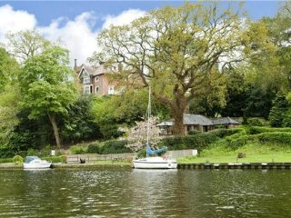 Idyllic Riverside Holiday Cottage. Pet Friendly. Riverside Pub Nearby