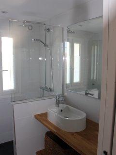 Douche à l'italienne, vasque posée sur plateau bois