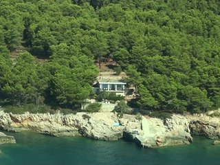 ALONISSOS VILLA is face to the sea, surrounded by a pine forest family-friendly
