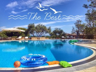 Amazing Villa right on the coast, swimming pool, tennis court, restaurants