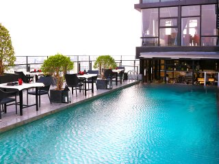 Son & Henry - SVT2A - Spacious 2BR Apartment, CBD, Rooftop Pool and Sky Bar
