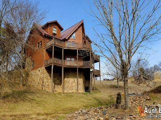5 Bedroom Cabin Close to Gatlinburg and Pigeon Forge with Indoor Jacuzzi