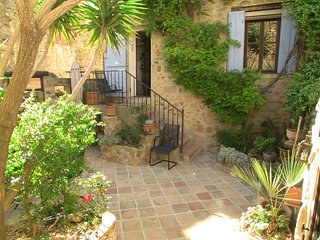 Romantic village house with courtyard and views, Pezenas